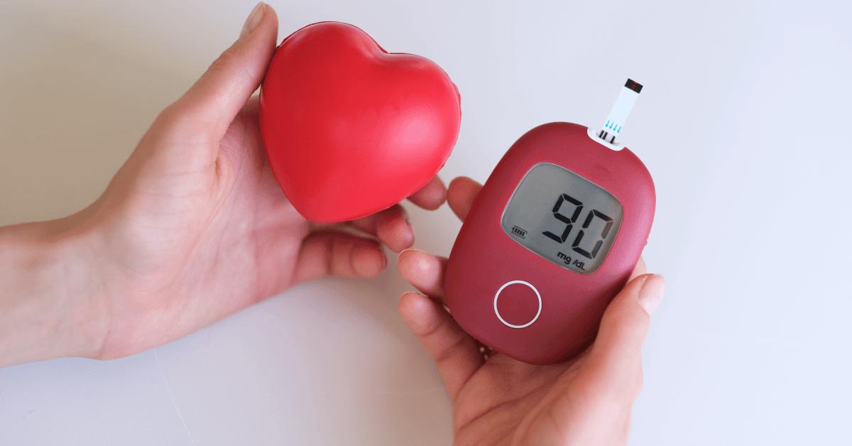 pacient drží v jednej ruke penové srdce a v druhej glukomer