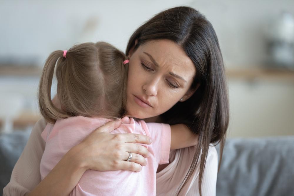 Utrápená matka drží v náručí svoju dcéru