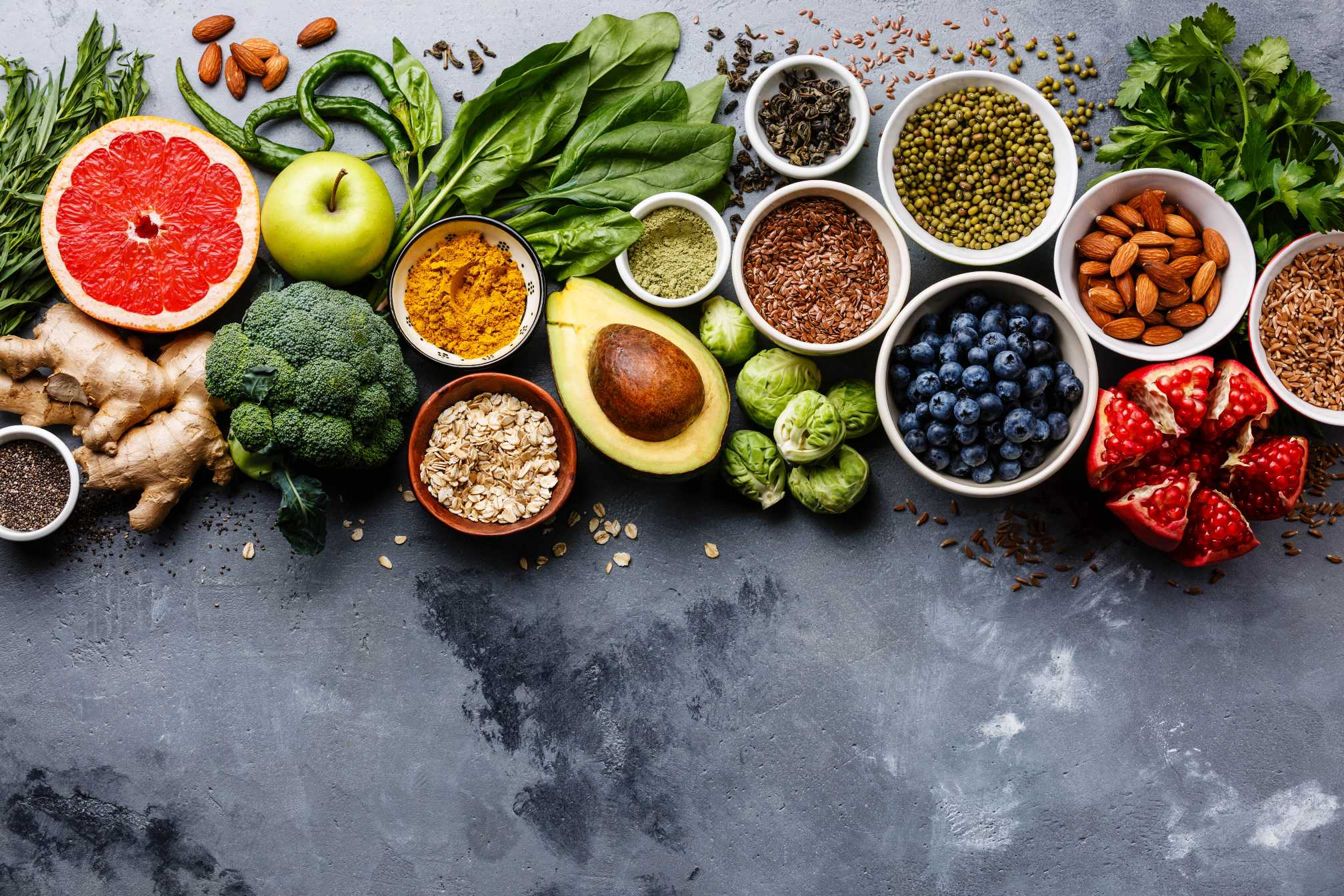 rozmanitá zdravá strava na stole