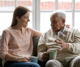 žena a dedko na gauči