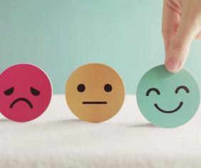 smutný, neutrálny a veselý smajlík