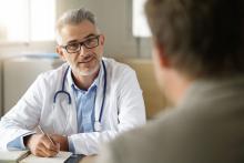 lekár komunikuje s pacientom