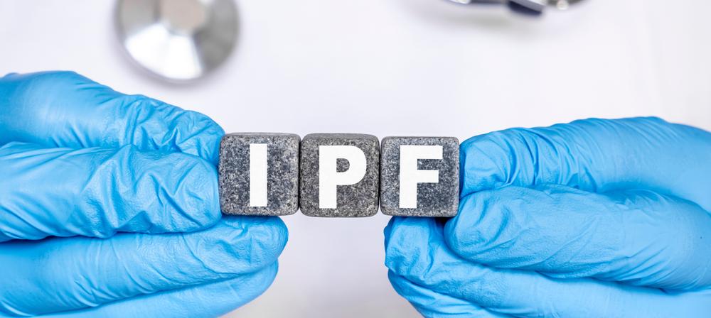 IPF idiopatická pľúcna fibróza – slovo utvorené z písmenok na kockách kameňa, ktoré drží lekár v ruke